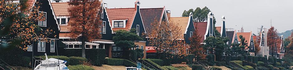 Huizen met bomen